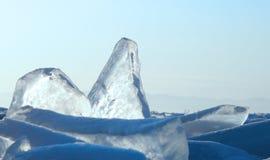 Manhã adiantada do inverno no Lago Baikal o sol de aumentação colore a neve nas máscaras do ultravioleta Partes transparentes cla Foto de Stock