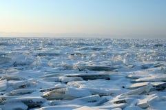 Manhã adiantada do inverno no Lago Baikal o sol de aumentação colore a neve nas máscaras do ultravioleta Partes transparentes cla Imagem de Stock Royalty Free