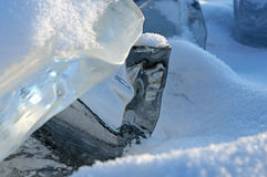 Manhã adiantada do inverno no Lago Baikal o sol de aumentação colore a neve nas máscaras do ultravioleta Partes transparentes cla Imagens de Stock