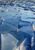 Manhã adiantada do inverno no Lago Baikal o sol de aumentação colore a neve nas máscaras do ultravioleta Partes transparentes cla Fotos de Stock Royalty Free