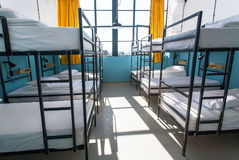 Manhã dentro do quarto da pensão com as camas brancas limpas para estudantes e turistas novos sós Foto de Stock Royalty Free
