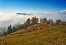 Manh? do outono Nascer do sol nevoento nas montanhas Carpathian fotos de stock royalty free