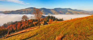 Manh? do outono Nascer do sol nevoento nas montanhas Carpathian fotografia de stock royalty free