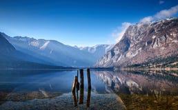Manhã fria do inverno no lago Bohinj no parque nacional de Triglav Fotografia de Stock Royalty Free