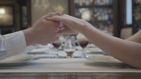 Manh?nder som rymmer damh?nder Romantiskt datum av mannen och kvinnan i restaurangen lager videofilmer