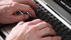 Manh?nder som skriver p? ett tangentbord, n?rbild stock video