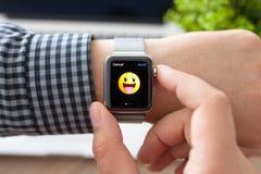 Manhand med den Apple klockan och leendet på en skärm Fotografering för Bildbyråer