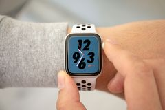 Manhand med den Apple klockaserien 4 Nike Watch Face royaltyfri fotografi