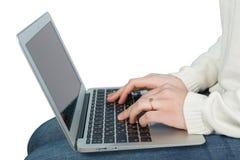 Manhand på bärbar datortangentbordet Royaltyfri Foto
