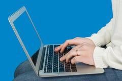 Manhand på bärbar datortangentbordet Arkivbild