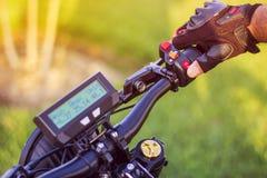 Manhand som klickar på signal för stopp för kontrollknappbaksida av den elektriska cykeln Arkivbilder