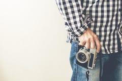Manhand som rymmer den retro fotokameran fotografering för bildbyråer