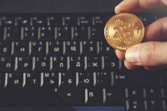 Manhandbitcoin med tangentbordet royaltyfri bild