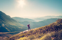 Manhandelsresande med trekking lopplivsstil för ryggsäck Arkivfoton