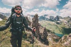 Manhandelsresande som fotvandrar med ryggsäcken i livsstil för berglandskaplopp arkivfoto