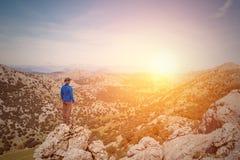Manhandelsresande som ser landskap på solnedgången arkivfoton