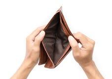 Manhanden öppnar en tom plånbok Arkivbild