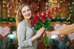 Manhanden ger kvinnabuketten av rosor Royaltyfri Foto
