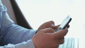 Manhanden som bläddrar på smartphonen för att bläddra samkvämmen, knyter kontakt i affärskontor stock video
