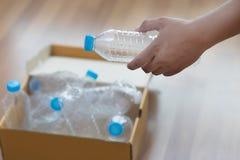 manhanden som sätter plast-, återanvänder för återanvändning av begreppsenvironmen Arkivfoton