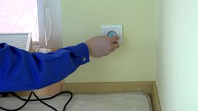 Manhanden tar bort propptråd från proppen för uttag- och mellanläggsbarnsäkerhet stock video