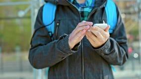 Manhandhårda slag på telefonen utomhus på kall dag stock video