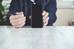 Manhandpenna med telefonen fotografering för bildbyråer