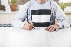 Manhandpenna på skrivbordet arkivfoto