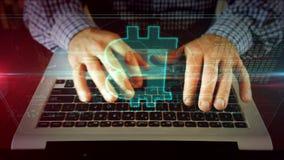 Manhandstil p? b?rbar datortangentbordet med bitcoin royaltyfri bild
