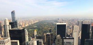 Manhatt中央公园和摩天大楼惊人的鸟瞰图  免版税库存图片