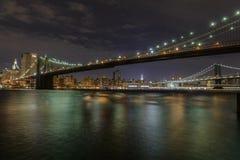 Manhattan ö på natten Arkivfoton