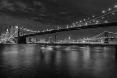 Manhattan ö på natten i svartvitt Royaltyfri Fotografi