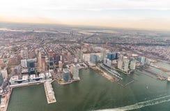 Manhattan östlig sida som sett från helikoptern - New York City - USA royaltyfri fotografi