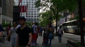 Manhattan aglomerou o panorama de passeio 4k New York EUA do distrito da estação do penn do passeio filme