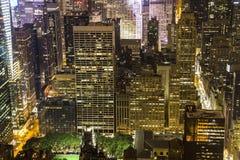 Manhattan-Ansicht über Wolkenkratzer nachts vom Empire State Building Lizenzfreie Stockbilder