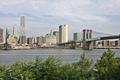Manhattan avec la passerelle de Brooklyn Image stock