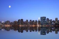 Manhattan bajo claro de luna Imagen de archivo libre de regalías