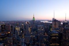 Manhattan bij nacht stock foto's