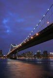 Manhattan-Brücke an der Dämmerung Lizenzfreies Stockfoto