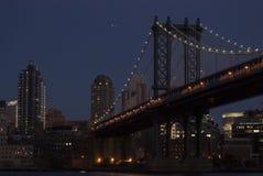 Manhattan-Brücke an der Dämmerung stockfotografie