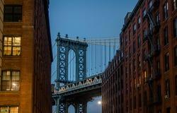 Manhattan-Brücke gesehen von Dumbo zwischen Backsteinbauten auf Brooklyn bei Sonnenuntergang - New York, USA stockbild