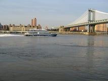 Manhattan Brücke mit Boot Stockfoto