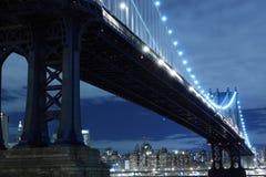 Manhattan-Brücke nachts Stockbild