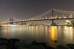 Manhattan-Brücke nachts stockfotos