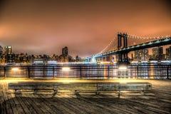 Manhattan-Brücke nachts in New York City Lizenzfreie Stockbilder