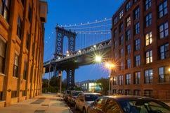 Manhattan-Brücke nachts Stadtbild von New York stockbilder
