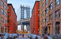 Manhattan-Brücke und Backsteinmaueraltbauten und -architektur mit Leuten auf der Straße in Brooklyn in DUMBO-Bezirk, Manhatta stockbild