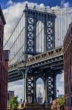 Manhattan-Brücke und -Empire State Building an DUMBO Lizenzfreie Stockfotos