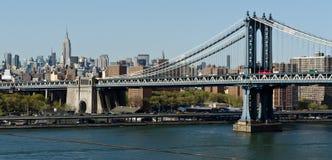 Manhattan-Brücke und Skyline Lizenzfreie Stockfotos