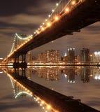 Manhattan-Brücke und Skyline nachts Lizenzfreies Stockbild